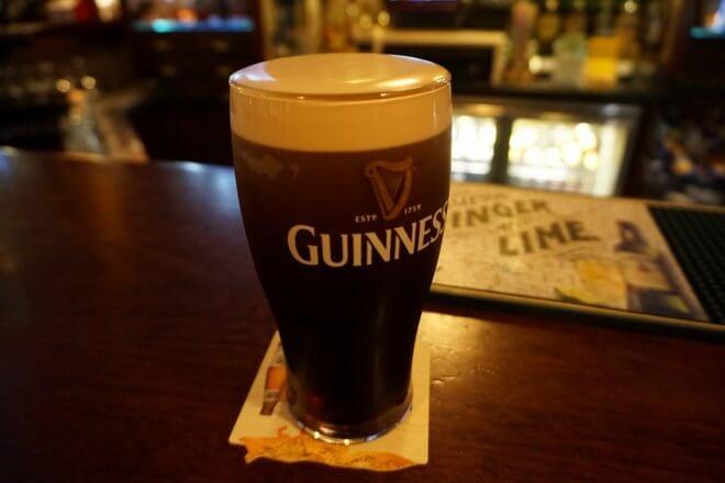アイルランドの一人旅でギネスビールを飲む