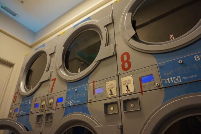 バックパッカーがコインランドリーで海外旅行中に洗濯する