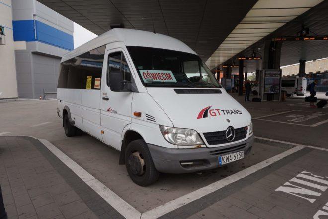 アウシュビッツ収容所に行くバス
