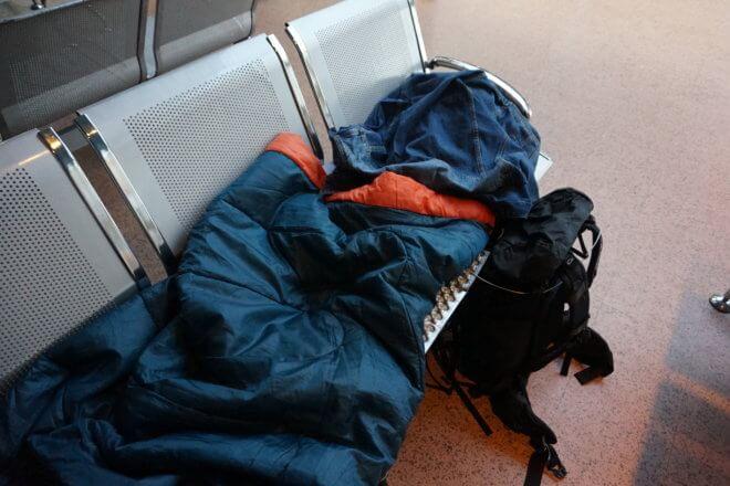 アームレスのベンチで空港泊