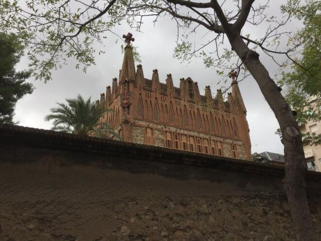 ガウディ建築作品のサンタ・テレサ学院を旅行で見た